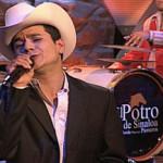 El Coyote y Su Banda Tierra Santa Canta a Su Público