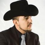Fidel Rueda Canta En Sesión Fotográfica